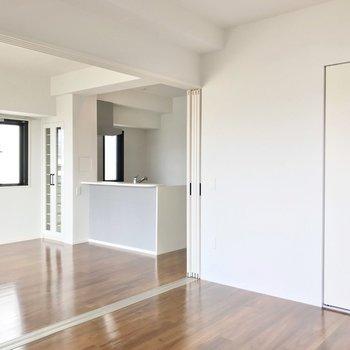 引き戸を開けておくと、ひとつづきの広い空間として使えますよ。(※写真は5階の同間取り別部屋のものです)