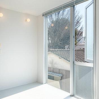 逆側から。窓が大きくて日当たり良いですね〜。もちろん、ブラインドで隠すこともできるので、プライバシーは守られます。※写真は前回募集時のものです
