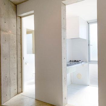 玄関横の通路。左がお風呂で右がキッチンになります。※写真は前回募集時のものです