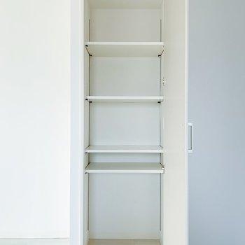 キッチン横には縦長の収納が…!リビングで使うものはこちらへ。