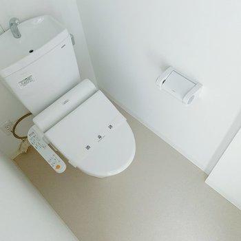 玄関の目の前にはトイレ。温水洗浄便座ですよ◯シンプルなのでカバーがあるといいですね。