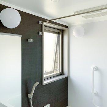 浴室乾燥もありますよ◯小窓でさくっと換気しましょう〜。