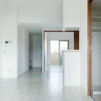 【リビング11.5帖】白壁で清潔感◎アクセントになる色の家具を置きたいな。