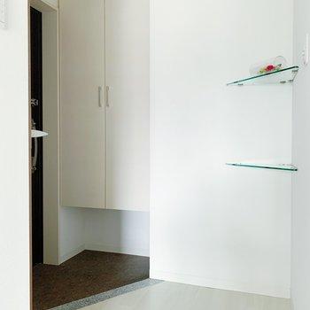 では玄関へ。ガラスの造作棚に、何を飾ろうかな〜!