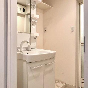 サニタリーも真っ白。洗濯機置場の上の棚が便利です(※写真は清掃前のものです)