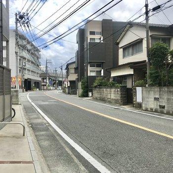 まわりは住宅街。駅まではこの道を進みます