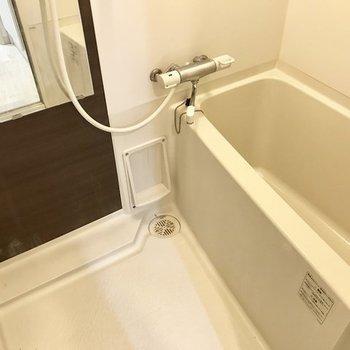 お風呂はうれしいサーモ水栓。お掃除もしやすそう!(※写真は別部屋のものです)