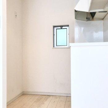 冷蔵庫やラックスペースもありました◯(※写真は清掃前のものです)