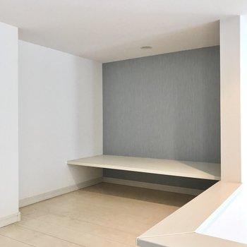 奥にはデスクになりそうな空間。手前にはテレビも置けますよ!(※写真は清掃前のものです)