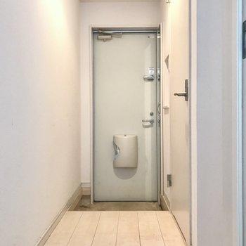 玄関には姿見付きのシューズボックス(※写真は清掃前のものです)