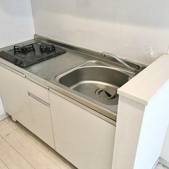 キッチンは2口コンロ。料理スペースは少し狭めかな(※写真は清掃前のものです)