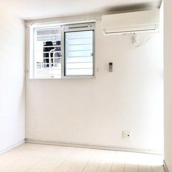 洋室は4帖ととってもコンパクト。エアコン&テレビ端子あり!(※写真は清掃前のものです)