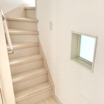 階段の手前のこのすりガラスは洋室に繋がっているんです♩(※写真は清掃前のものです)