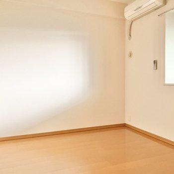 【洋室約5.6帖】書斎や子供部屋に良さそう。