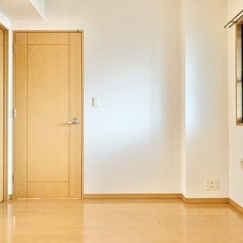 【洋室約6.1帖】シンプルなお部屋ですね。