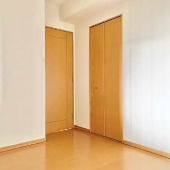 【洋室約5.6帖】こちらのお部屋にもクローゼットがあります。