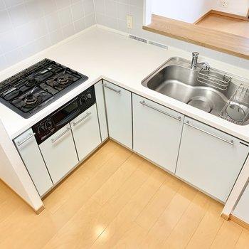 【LDK】L字型のキッチン。色味が良いですね〜