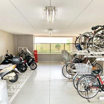 屋内に駐輪場が付いてます。雨の日でも濡れませんね。
