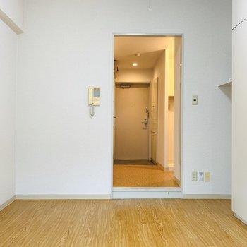 どんなテイストでも合うナチュラルな壁と床。(※写真は3階の同間取り別部屋のものです)