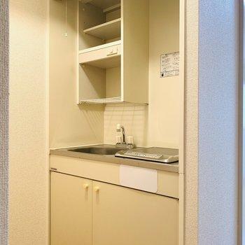 コンパクトなキッチンスペース。(※写真は3階の同間取り別部屋のものです)