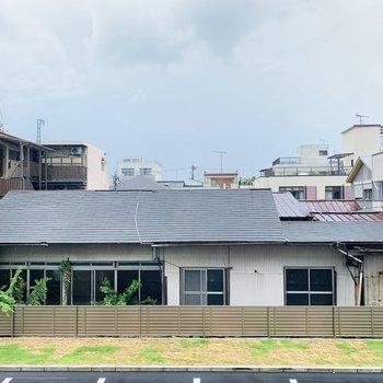 眺望は2階ながらも、周辺の建物が低いためか開放的です。