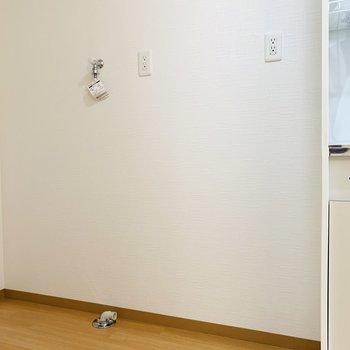 すぐ左側には冷蔵庫を。そしてそのお隣は洗濯機置き場です。