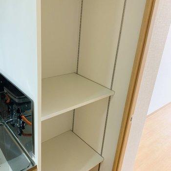 キッチンの右側には棚が。コンセントもついているので家電なども置けそうです。