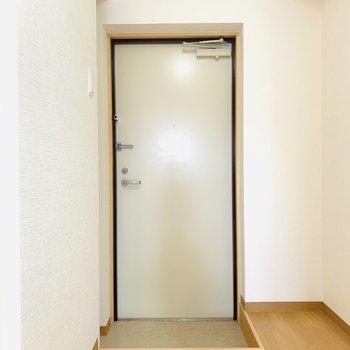 玄関スペース。マットなどを置いて彩りをプラスしても良さそうです。