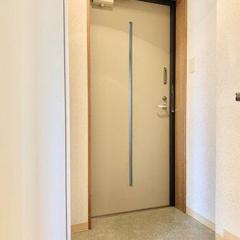 玄関は少しコンパクト造りです。