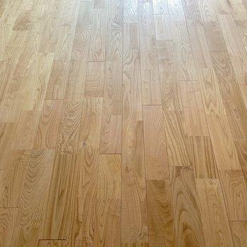 床にはヤマグリ無垢材のフローリングを。