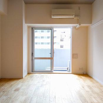 天井のアクセントクロスと無垢床のコントラストが素敵。