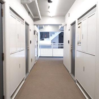 共用廊下はワイドで大きな荷物があっても安心です。