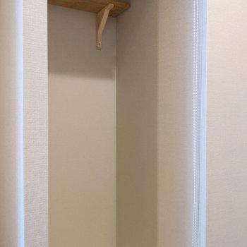 洗濯機置き場には小さな棚があります。