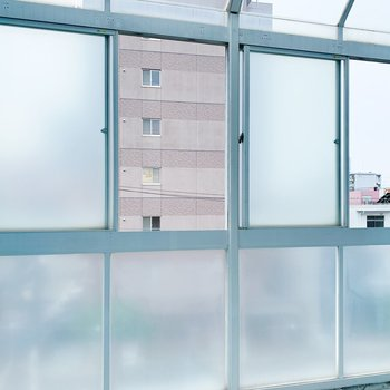 バルコニーもガラス張りになっています。窓をあけて風通しできますよ◎