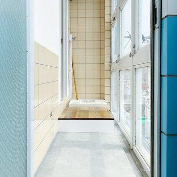 ここが噂のサンルーム!!洗濯機はこちらに。ガラス張りになっていますよ。