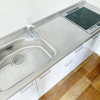 【リビング・ダイニング】キッチンはIHコンロが2口。デザインもシンプルで素敵です…!