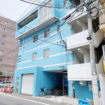 この青色がトレードマーク。お部屋は4階にありますよ。