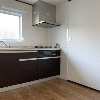 キッチンはリノベーションで綺麗に。3口コンロにグリルまでついていますね。お料理の幅が広がります。