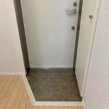 玄関はコンパクト。靴はこまめに収納するとスペースを保てます。