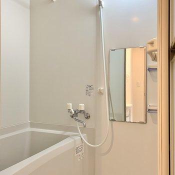 清潔感のある白がいいですね。浴室乾燥機付きですよ。