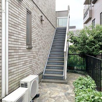 ゆるやかな階段を上った2階にお部屋はあります。
