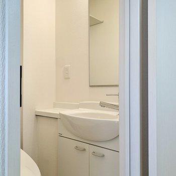 洗面台はここにありました。横の広がりに化粧水などを置けますね。
