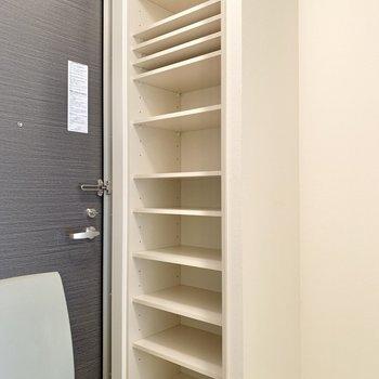 シューズボックスは容量が大きめで、棚が可動式な点も嬉しいです。
