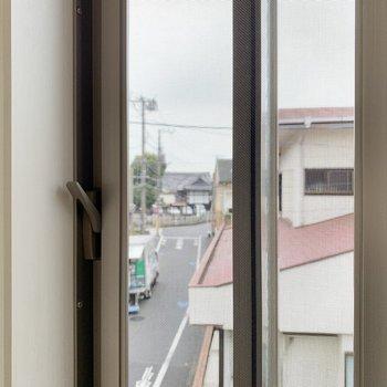 小窓からは駅から歩いてきた道が見えます。