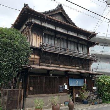近くの古民家カフェ。常に賑わう人気店です。
