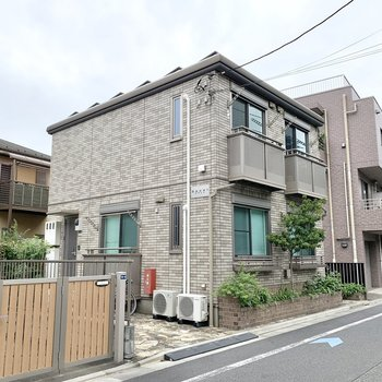 一軒家のような外観が通り沿いに。
