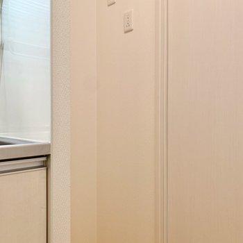 サイドには冷蔵庫を。