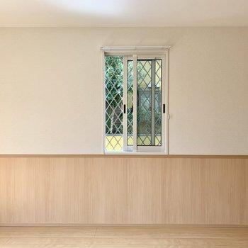 【LDK】玄関ホールからお部屋の引き戸を開けると緑の小窓がお出迎え。