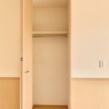 【洋室約8帖】隣の小さいクローゼットも奥行きあり。