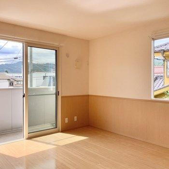 【洋室約8帖】こちらは南と西に窓があり、とても明るいです。